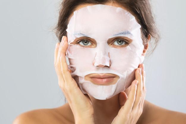 mujer-mascara-hidratante-sabana-su-rostro